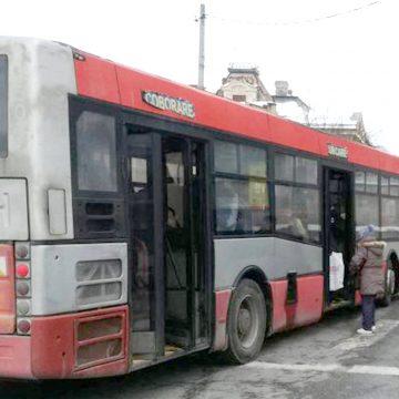 Autobuzul colorat. Mame care-și bat copiii și amenințări cu șurubelnița