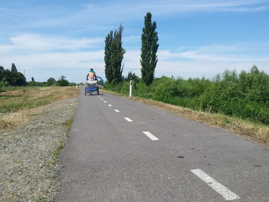 Un tânăr mătură zilnic pista de biciclete ce leagă România de Serbia