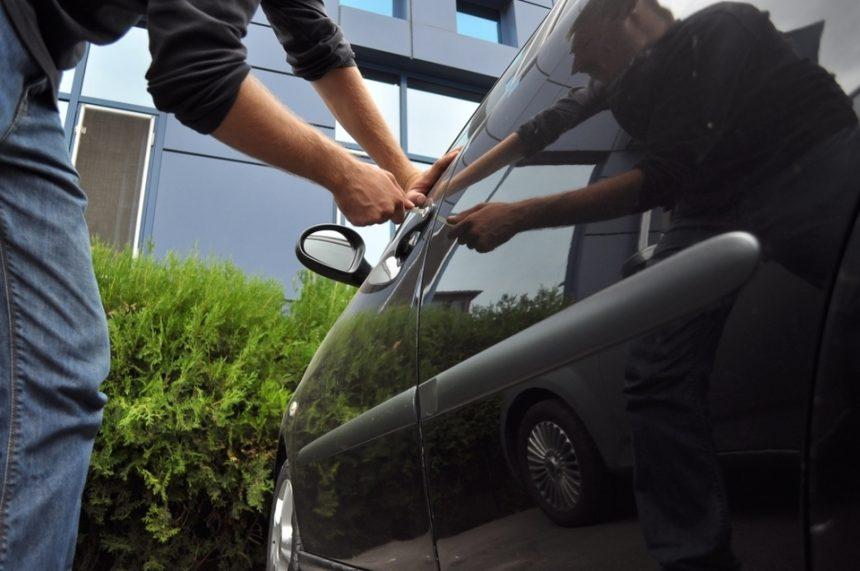 6 mașini parcate pe Dacia, sparte de hoți