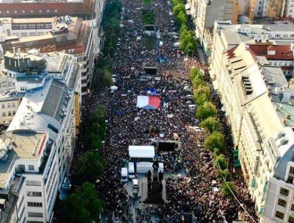 Zeci de mii de oameni cer demisia ministrului ceh al Justiţiei