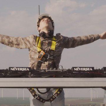 Experiență în premieră la nivel mondial: Primul DJ care mixează de pe o turbină eoliană, la 100 metri înălțime