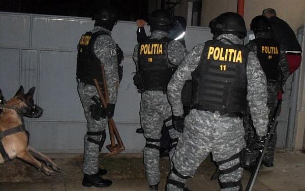 Vâlcea. S-a trezit cu mascații la poartă și cu dosar penal pentru deținere ilegală de arme