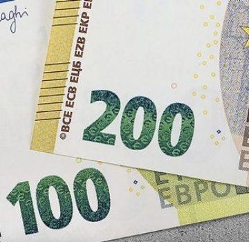 Banca Centrală Europeană a pus în circulaţie marţi noile bancnote de 100 şi 200 de euro