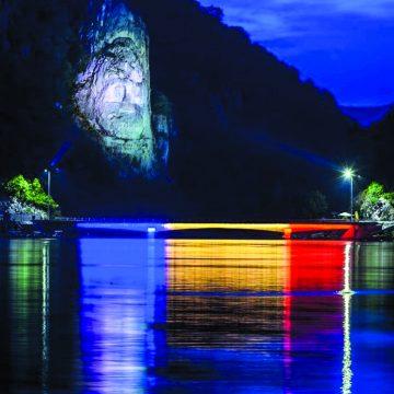 Chipul lui Decebal, vizibilşi noaptea. Povestea celei mai mari sculpturi în stâncă