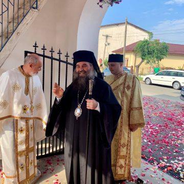 Petale de trandafiri sub picioarele Preasfinţitului de la Slatina