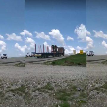 Mașină de mare tonaj, filmată în timp ce urca pe Transalpina