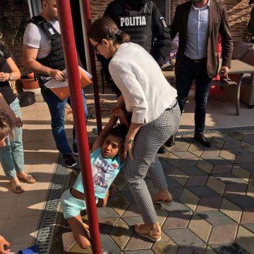 Fetița luată cu forța din casă și târâtă pe stradă