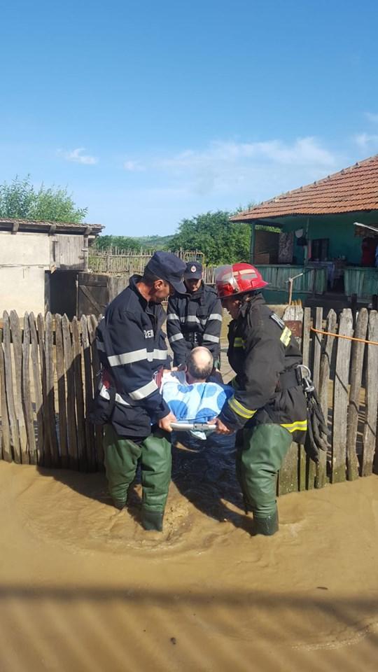 Prăpăd în Oltenia. Oameni evacuaţi din calea apelor, acoperişuri şi maşini distruse