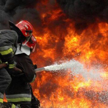 Incendiu provocat de un fulger într-o comună vâlceană. Două anexe s-au făcut scrum