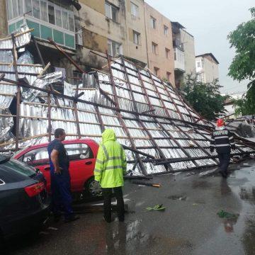 Mașini avariate de un acoperiș smuls de vânt