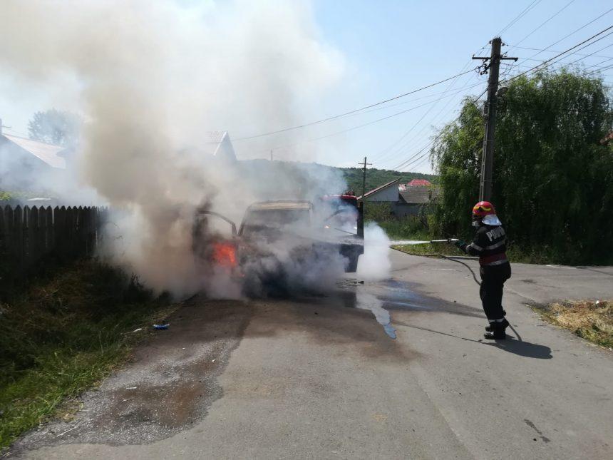Mașină în flăcări, la Podari