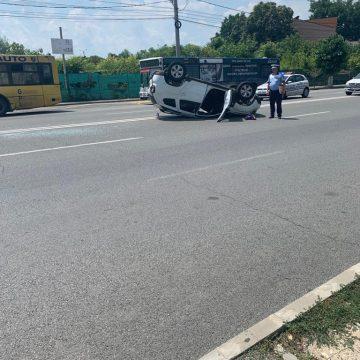 Duster răsturnat de un BMW. O femeie, la spital