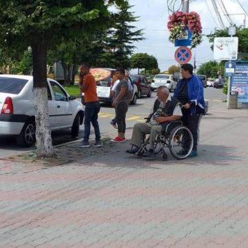 Adjunctul Poliţiei Locale Slatina a dat cu maşina în doi tineri