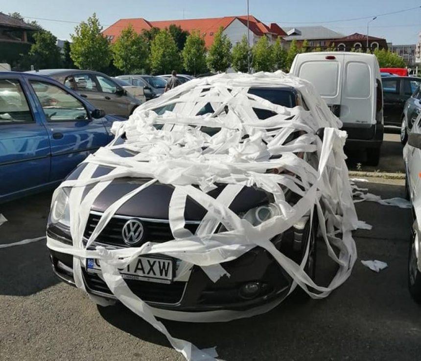 Mașină, învelită în hârtie igienică