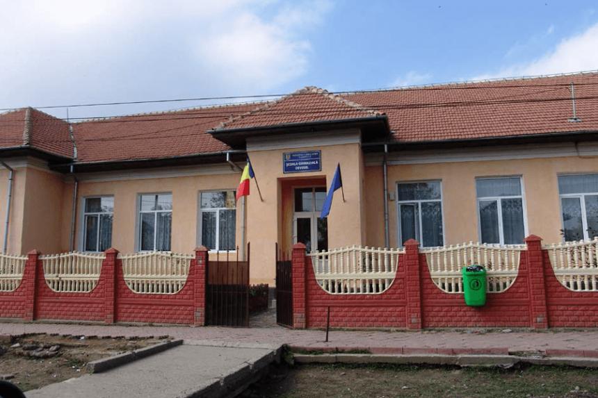 Şcoala din Devesel, modernizată până în septembrie