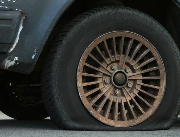 Bătrân acuzat că a înţepat anvelopele unor maşini