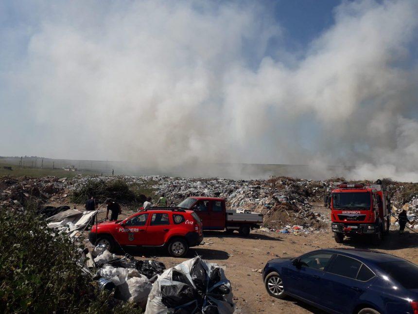 Groapa de gunoi din Caracal. Pompierii încă intervin la incendiu