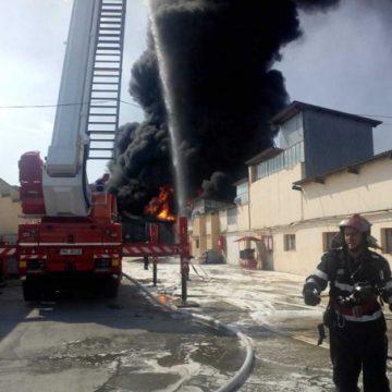 Vâlcea. Incendiul de la fabrica de vopsele, stins după patru ore