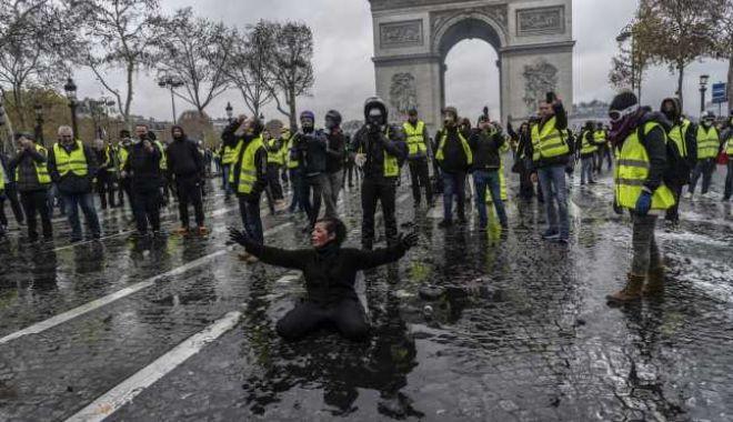 """Zeci de persoane, arestate la Paris în timpul protestelor """"Vestelor Galbene"""""""
