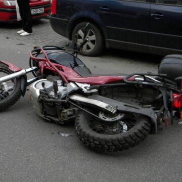 Motociclist accidentat de un alt șofer pe străzile din Târgu Jiu