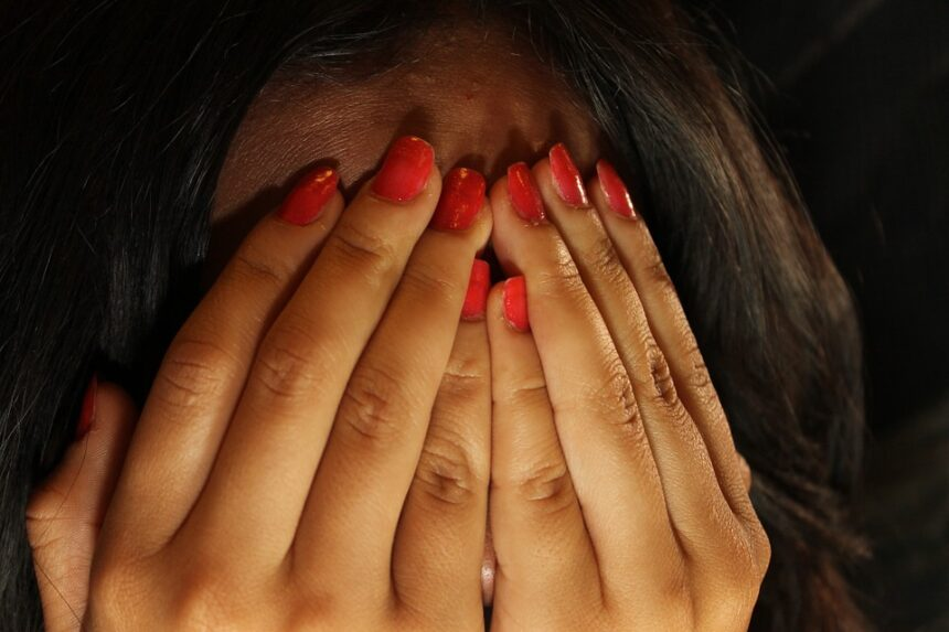 Minoră, atacată de patru tineri în propria casă