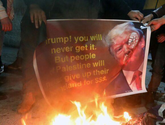 Trump i-a înfuriat pe palestinieni! Imaginea președintelui american, incendiată în public