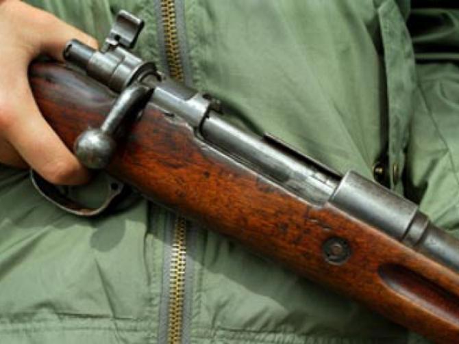 Armă de vânătoare, descoperită de polițiștii gorjeni într-o mașină