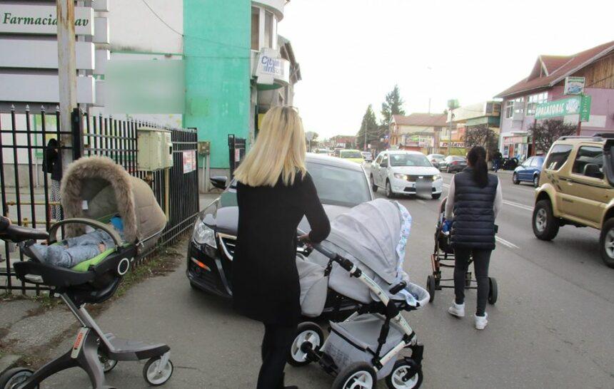 """Mașinile parcate haotic în Târgu Jiu, motiv de îngrijorare pentru părinți: """"Doamne ferește de o tragedie"""""""