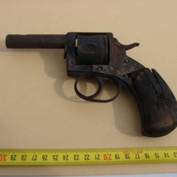 Pistol la vânzare pe OLX. Vânzătorul, cercetat penal