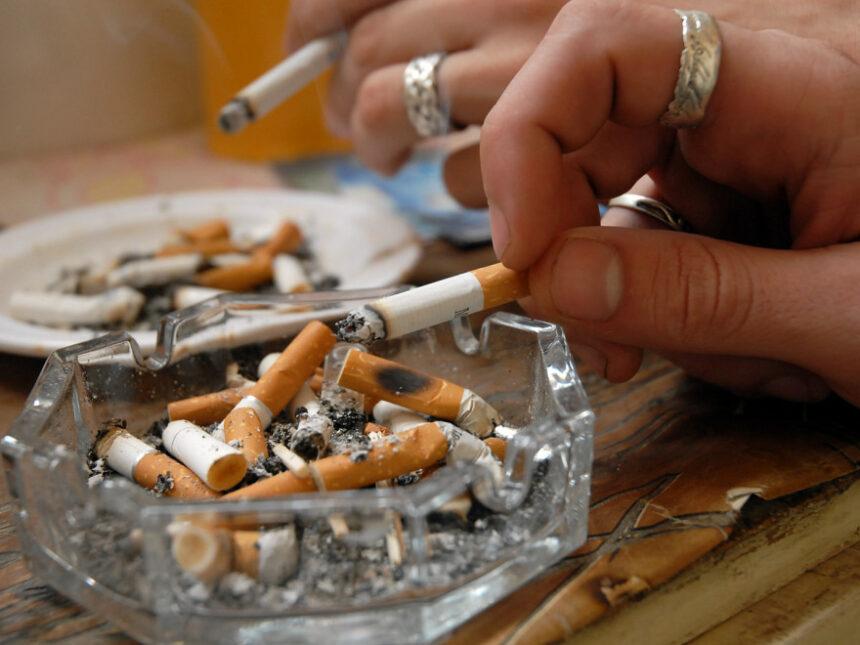 Fumătorii, pe lista persoanelor vulnerabile în faţa coronavirusului