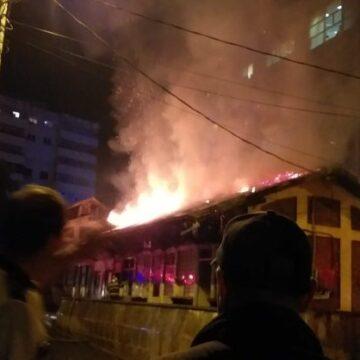 Incendiu în Piaţa Veche, doi oameni la spital